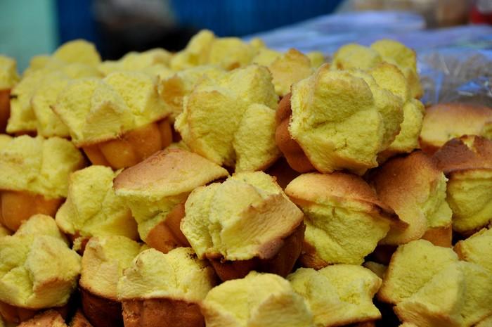 Cùng với các món bánh mang hương vị quê hương như bánh ram ít, bánh bột lọc, bánh bèo, bánh thuẫn - món quà mang vị ngọt béo cũng có mặt tại chợ.