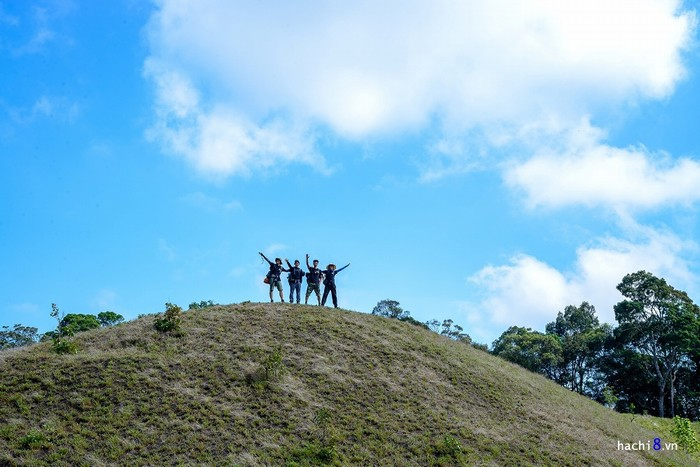 Khác với những cung trek núi thông thường, đây không phải là hành trình chinh phục độ cao. Một trong những điểm nhấn là mốc phân giới 3 tỉnh Lâm Đồng, Bình Thuận, Ninh Thuận.