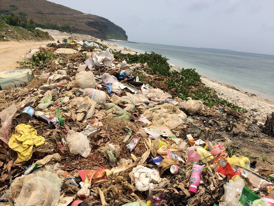 Tuy nhiên, ông cho biết những gì nhìn thấy khác khá xa so với tưởng tượng trước chuyến đi. Jason dành trọn 4 ngày để khám phá hòn đảo và càng đi, ông càng nhận thấy vấn đề lớn nhất ở đây là rác thải.Rác thải ở đây xả thẳng ra môi trường từ các khu dân cư và khu công nghiệp.