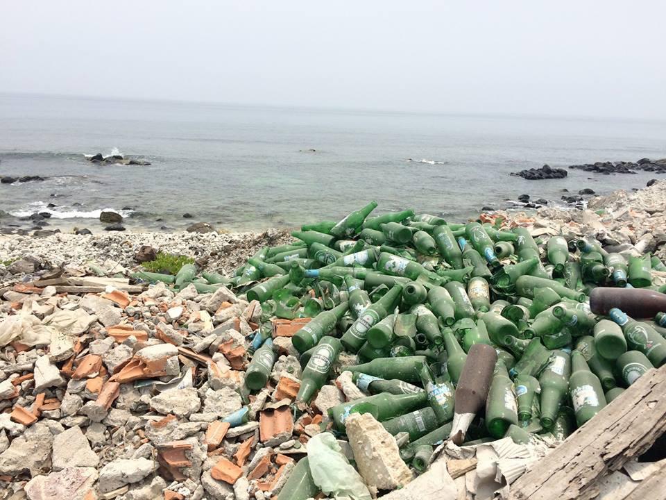 Khi bắt gặp vỏ chai chất đống gần bờ biển, tôi quyết định bắt đầu chụp lại những gì đã nhìn thấy