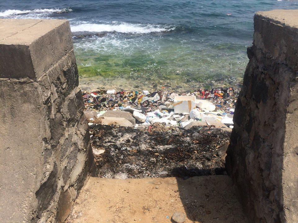 Theo quan sát của Jason, rác không chỉ được tập hợp thành bãi lớn ngay trên bãi biển mà còn bị đổ sát mép nước và khu vực bờ kè. Có đủ loại rác được xả ra, không đó rất ít là rác thải có thể tái chế.