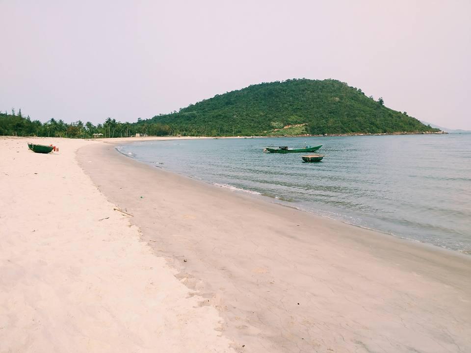 Bãi biển làng Vân vắng lặng không một bóng người