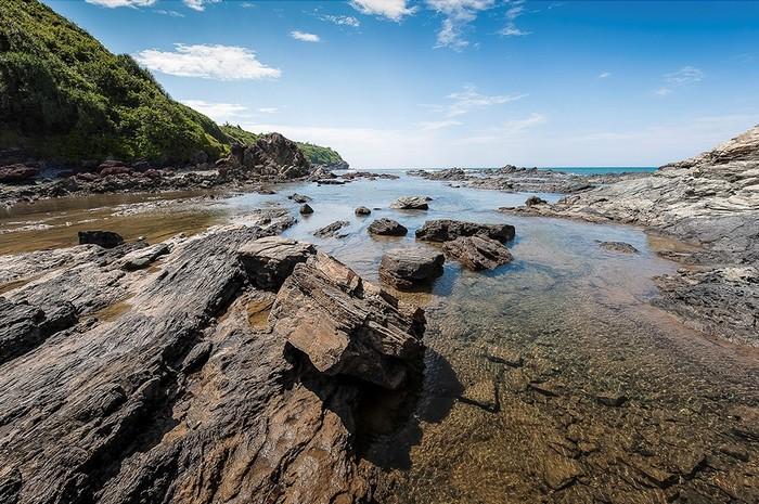 Những bãi đá Tam Hải xếp chồng lên nhau trầm mặc cùng dòng nước trong vắt