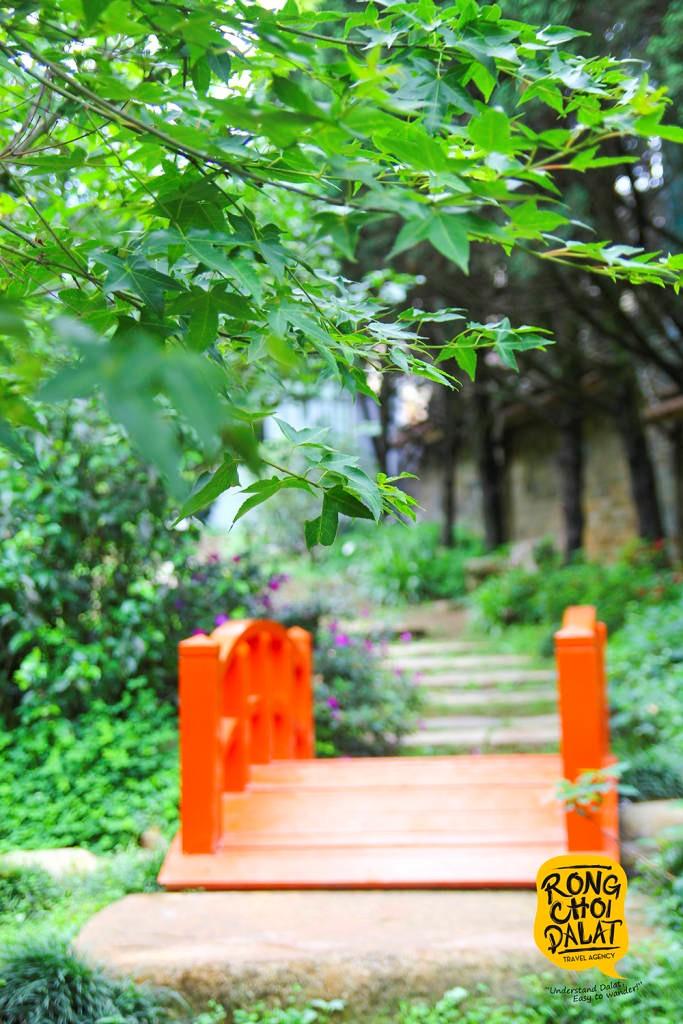 Cây cầu đỏ phảng phất nét văn hóa đặc trưng của xứ sở hoa anh đào Nhật Bản