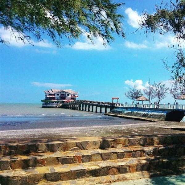 Cầu dẫn ra một resort nhỏ giữa biển