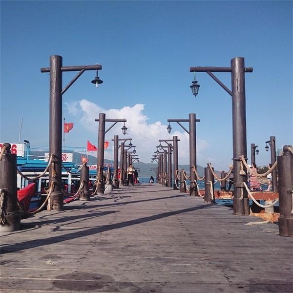 Cầu Hòn Tằm với những cột gỗ vĩ đại