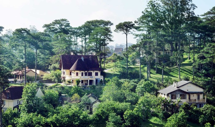 Ana Mandara nằm trên một ngọn đồi