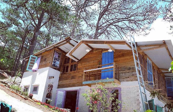 Căn nhà nằm bên sườn dốc cao