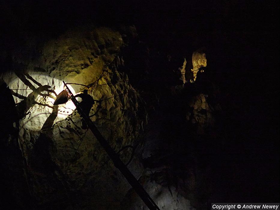 Ban ngày, mặt trời rọi vào hang, một số chỗ có ánh sáng và phần còn lại tối đen. Vì thế, những người thu lượm phải thường xuyên đem theo đèn để làm việc.