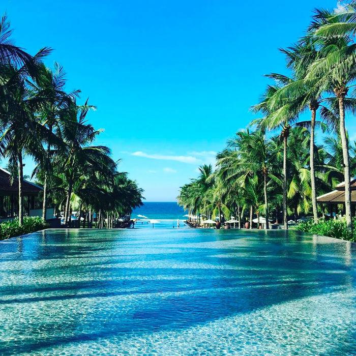 Bể bơi hướng ra phía biển lãng mạn