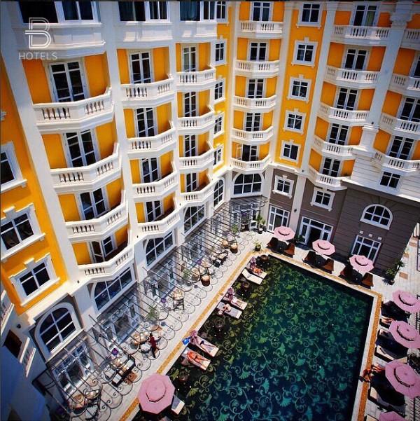 Khách sạn Royal Hội An với view nhìn xuống bể bơi