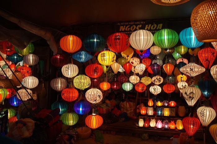 Đèn lồng treo cao với đủ màu sắc cũng là quà lưu niệm đáng nhớ
