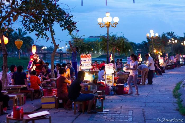 Các quán ăn bán cao lầu ven đường