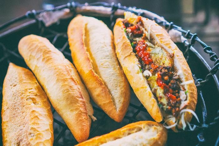 Thơm ngon hấp dẫn bánh mì phố cổ Hội An
