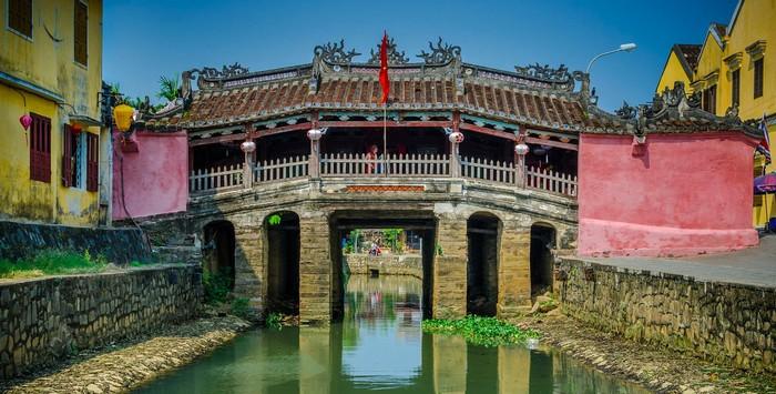 Chùa Cầu đẹp bình yên trước ống kính du khách nước ngoài