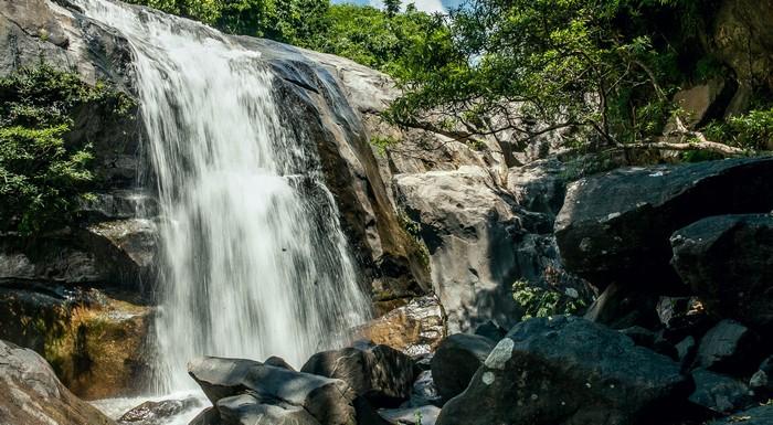 Hố Giang Thơm – nước rất sạch và trong, bao quanh là những mõm đá tuyệt đẹp.