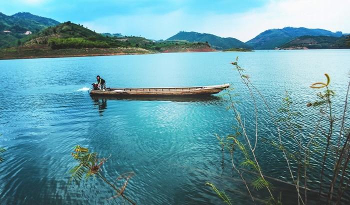Hồ Tà Đùng xanh biếc