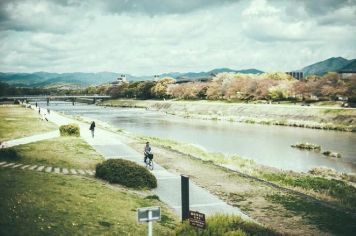 Bên bờ sông thơ mộng