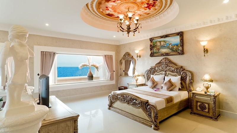 Ngay cả phòng ngủ cũng được thiết kế, bày trí theo phong cách châu Âu
