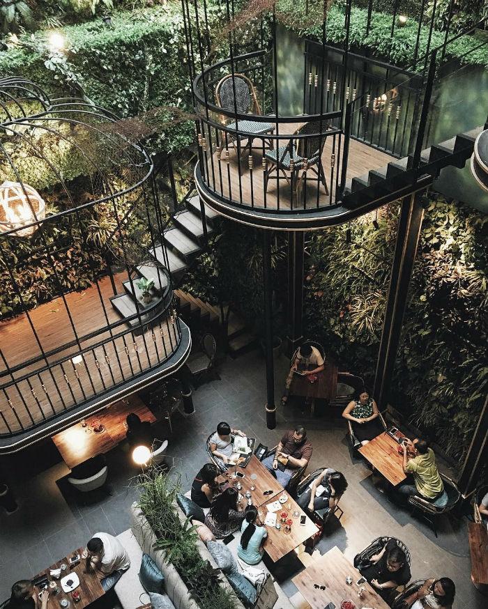 Mọi người cùng nhau thư giãn, đắm chìm trong không gian yên bình tại Café Terrace