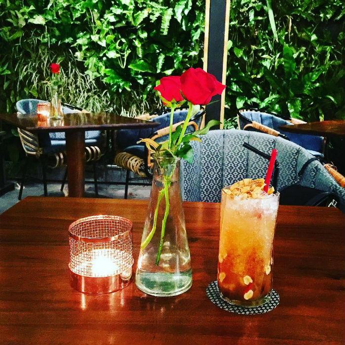 Mỗi góc bàn đều được trang trí lọ hoa hồng nhỏ xinh xinh