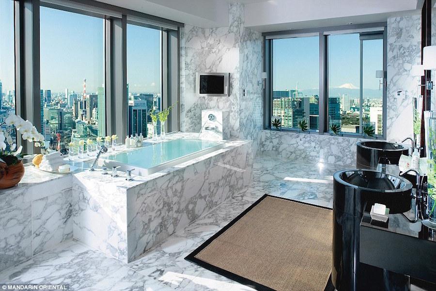 Tuy nhiên, điểm ấn tượng nhất của khu phòng chính là nhà tắm tuyệt đẹp ốp đá cẩm thạch trắng, bồn tắm Jacuzzi sát bên cửa sổ và có tầm nhìn ra toàn thành phố. Giá phòng tại đây là 13.355 USD một đêm. Ảnh:Mandarin Oriental.