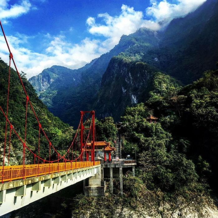 Cây cầu giữa núi rừng tại Vườn quốc gia Taroko