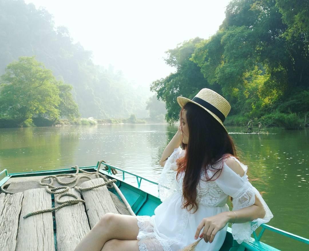 Rồi người ta thích dạo chơi quanh hồ trên những chiếc thuyền độc mộc