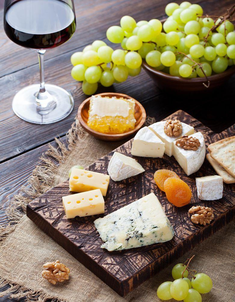 Rượu vang và pho mát – biểu tượng của ẩm thực Bordeaux, Pháp - Ảnh: Anna Pustynnikova