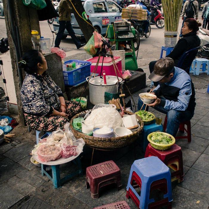 Ở Hà Nội, ngay tại vỉa hè bạn vẫn có thể thưởng thức sự tinh tế của ẩm thực Hà Nội - Ảnh minh họa: 婕靈