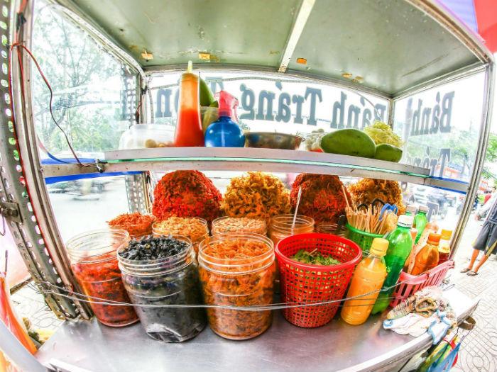 Bánh tráng trộn – món ăn đường phố tuyệt vời không thể bỏ qua khi đến với Sài Gòn - Ảnh: Tran Phan Thanh