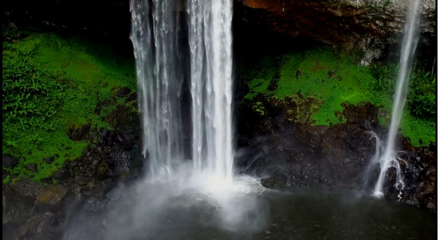 Dòng thác nước đổ ào ào tung bọt trắng xóa quanh năm - Ảnh: Doãn Vinh