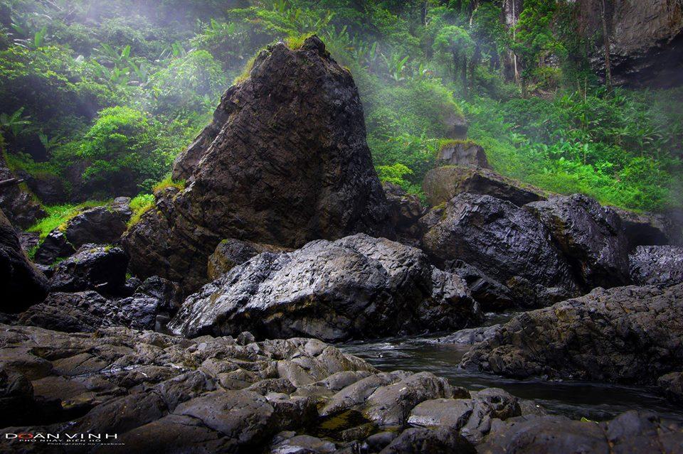 Khối đá khổng lồ như chiến binh trấn giữ vùng đất này - Ảnh: Doãn Vinh