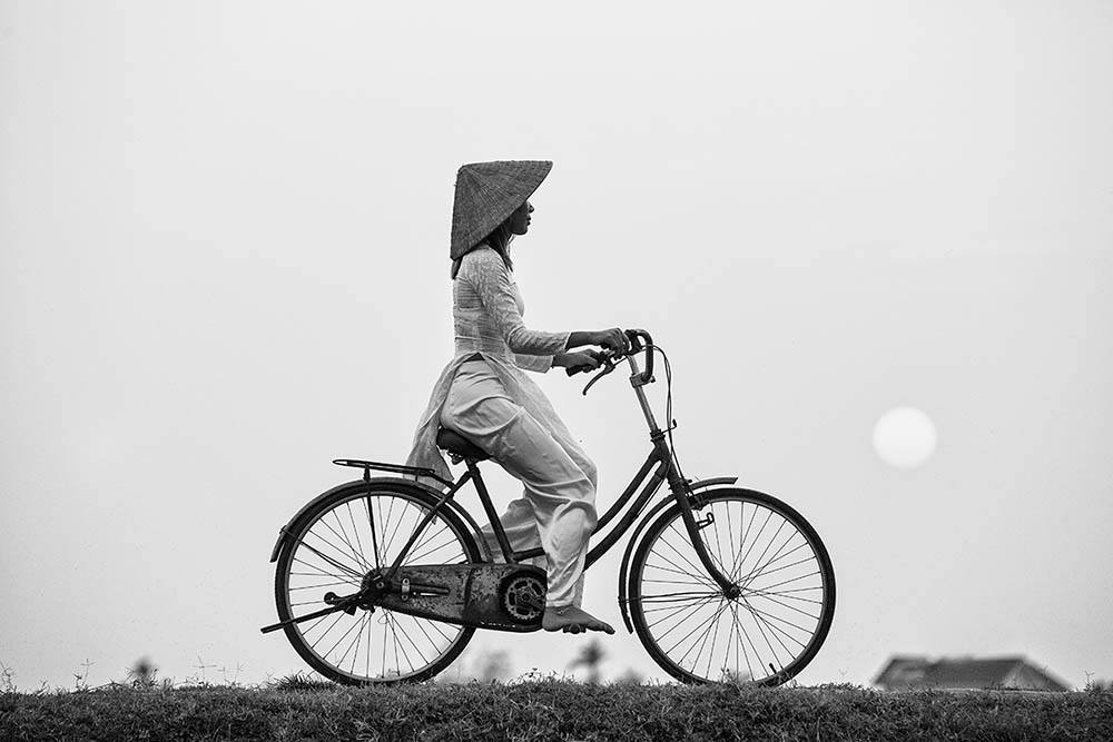 Bộ ảnh áo dài Việt Nam của nhiếp ảnh gia Pháp Réhahn vừa được giới thiệu trên trangBoredpandangày 30/5. Đây là những bức hình có chủ đề hoàn toàn mới so với các bộ ảnh trước đây được trang này công bố.