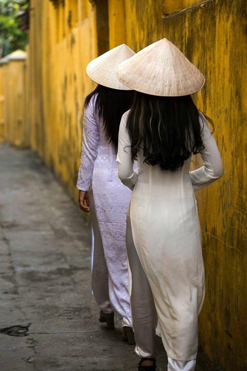 Từ lâu, áo dài được coi như biểu tượng của Việt Nam. TrangBoredpandanhận định: Nó không chỉ là bộ trang phục truyền thống và còn giúp tôn thêm vẻ đẹp của những đường cong trên cơ thể người phụ nữ.