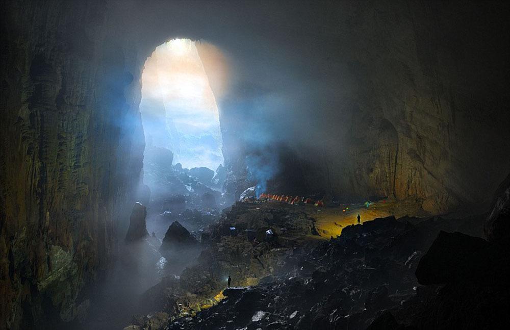 Sơn Đoòng nằm ở xã Sơn Trạch, huyện Bố Trạch, tỉnh Quảng Bình, là hang tự nhiên lớn nhất thế giới, thuộc quần thể vườn quốc gia Phong Nha-Kẻ Bàng. Đây cũng là một phần của hệ thống ngầm nối hơn 150 động khác ở Việt Nam, gần biên giới Lào.