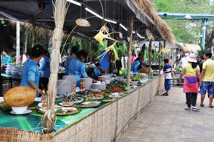 Diễn ra từ 28/5 đến hết 1/6 tại công viên văn hóa Đầm Sen (TP HCM), ngày hội Ẩm thực Đất Phương Nam quy tụ nhiều gian hàng đặc sản đến từ các tỉnh miền Tây Nam bộ. Tại đây, thực khách có thể tham quan và tùy chọn món yêu thích để thưởng thức.