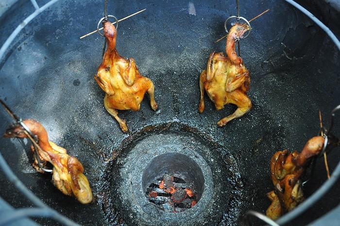 Toàn bộ thức ăn đều được nấu nướng tại chỗ khiến thực khách thích thú bởi vừa được xem, được ngửi mùi thơm từ các món, sau đó có thể chọn mua để dùng. Gà ta thả vườn nướng lu được mang đến từ các tỉnh Tiền Giang, Long An là món được nhiều người ưa thích.
