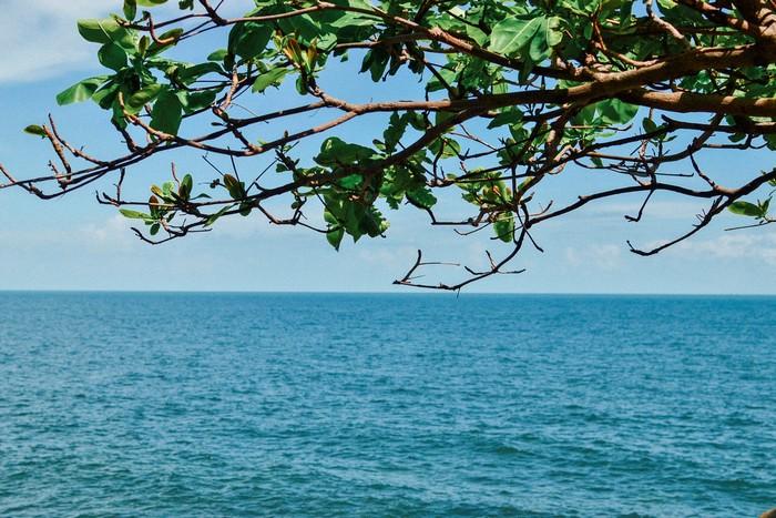 Biển xanh vời vợi bao bọc đảo Hòn Sơn