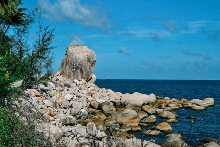 Bạn có thể ngồi trên bãi đá hướng tầm mắt ngắm nhìn biển trời tươi đẹp