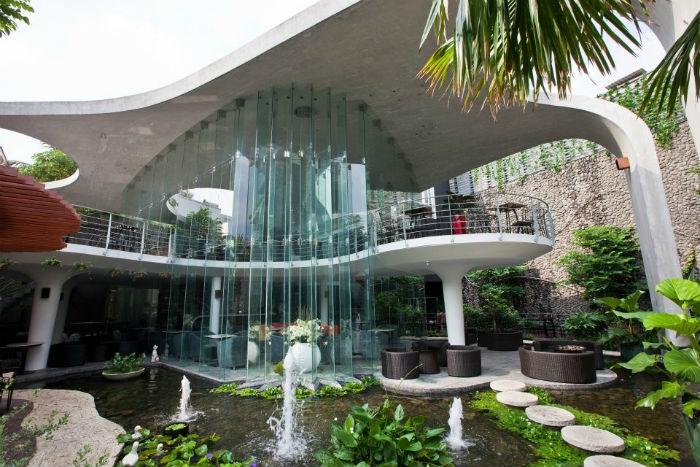 Một sắc xanh bao quanh khối kiến trúc hiện đại