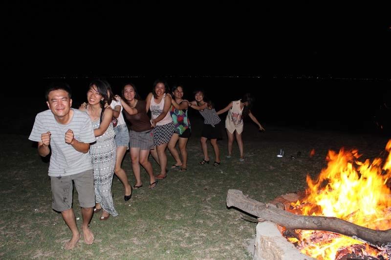 Rồi bập bùng cùng lửa trại lúc đêm về