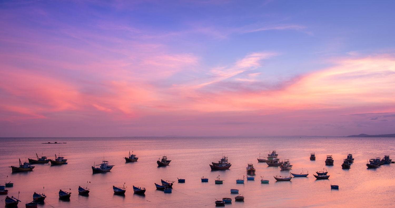 Và để mỗi người ôm trọn biển trời thơ mộng vào lòng
