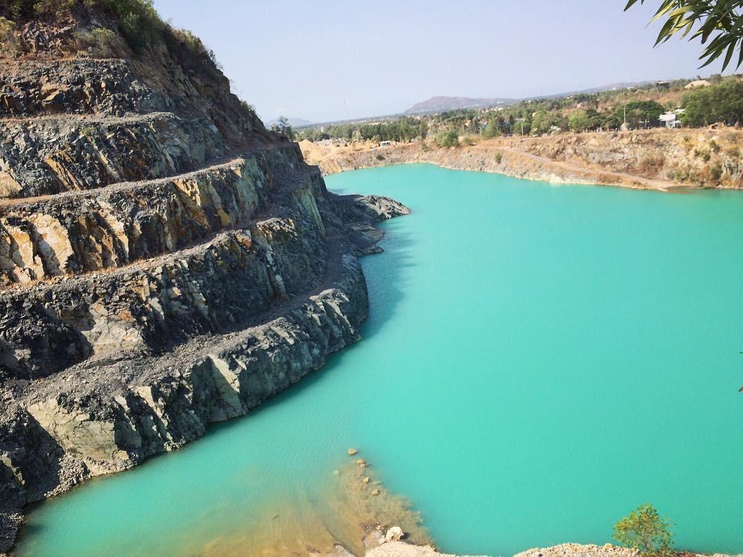 Nước xanh tuyệt đối của hồ
