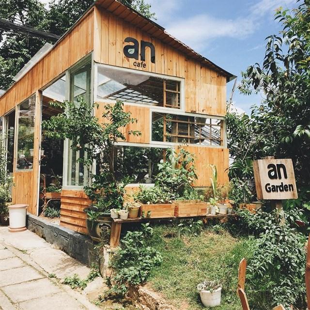 Chắc chắn, bạn cũng sẽ không tìm thấy quán cafe nào được bao bọc bởi 5 cây mai anh đào rực nắng và những luống rau tươi non, những lối đi vào toàn rau xanh…như ở An.- Ảnh: sưu tầm