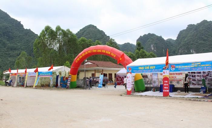 Lễ hội hoa hồi được tổ chức trong 2 ngày 27 và 28/5 tại thị trấn Văn Quan (huyện Văn Quan) thu hút sự tham gia của người dân địa phương và du khách trong, ngoài tỉnh.