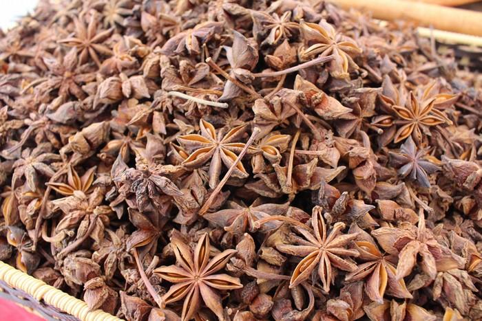 Sản phẩm hoa hồi Lạng Sơn đã có thương hiệu riêng khi được đăng ký bảo hộ chỉ dẫn địa lý vào năm 2007. Sau khi thu hoạch hồi tươi người dân sẽ phơi khô để bán.