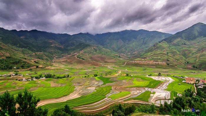 Quốc lộ 32 Việt Nam rất nổi tiếng trong bản đồ du lịch bởi vẻ đẹp của thắng cảnh ruộng bậc thang trải dài từ Tú Lệ lên đến Mù Cang Chải (Yên Bái).