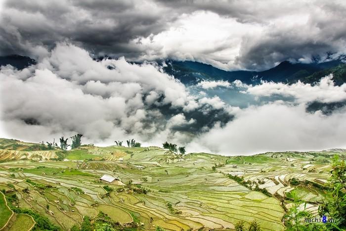 Không bạt ngàn như Mù Cang Chải nhưng ruộng bậc thang Y Tý, huyện Bát Xát, tỉnh Lào Cai lại nên thơ với mây trời núi non.