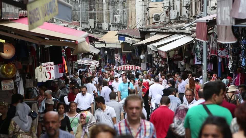 Đừng cố chen lấn qua những khu chợ, khu phố quá đông đúc